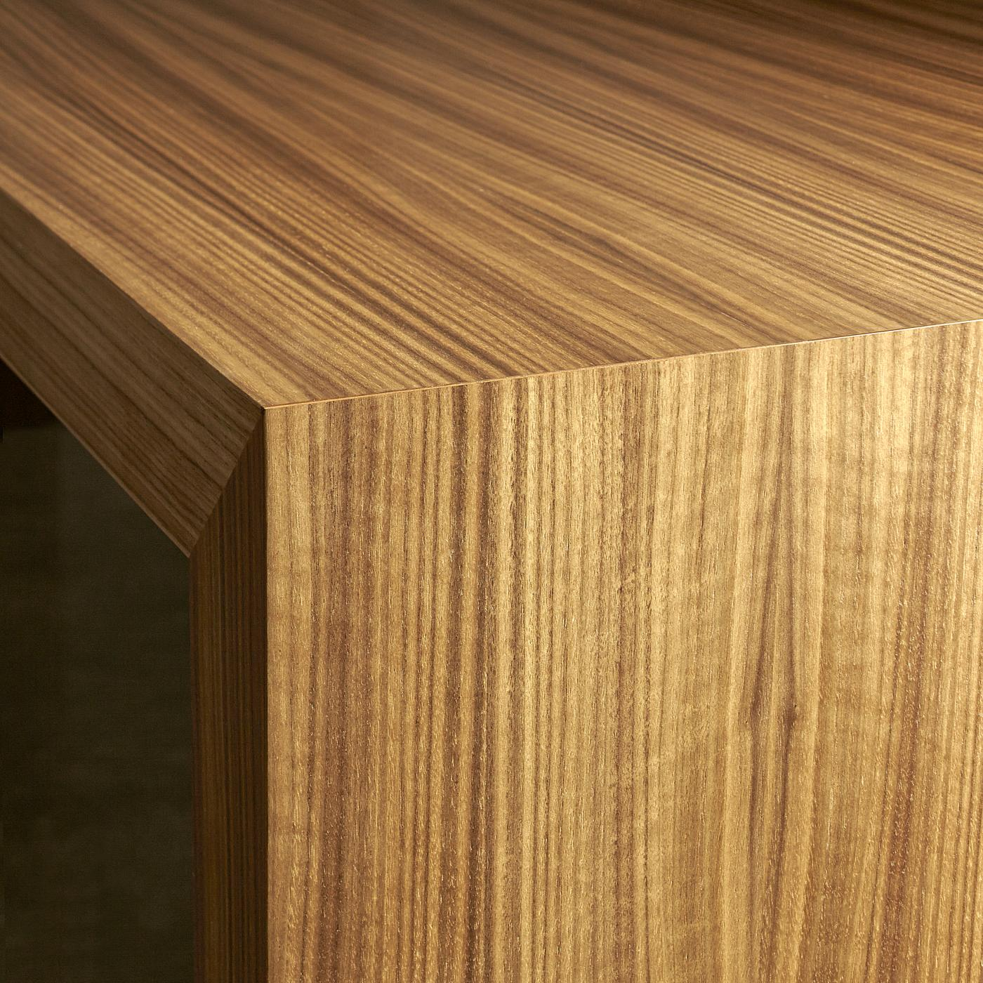 Hugo offers perfectly mitered joinery with matched veneers.