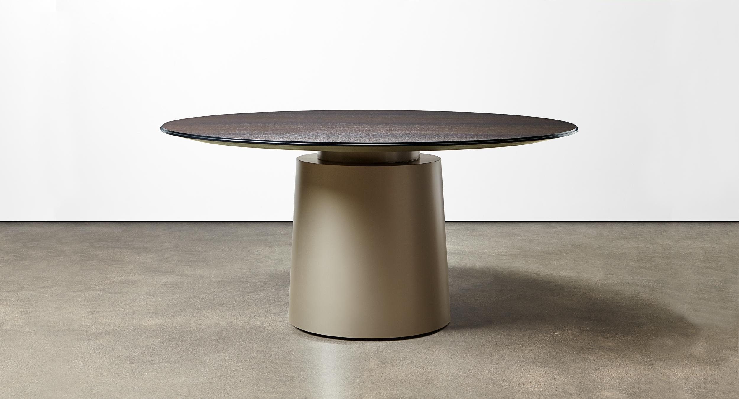 A round meeting table complements and completes the work environment.