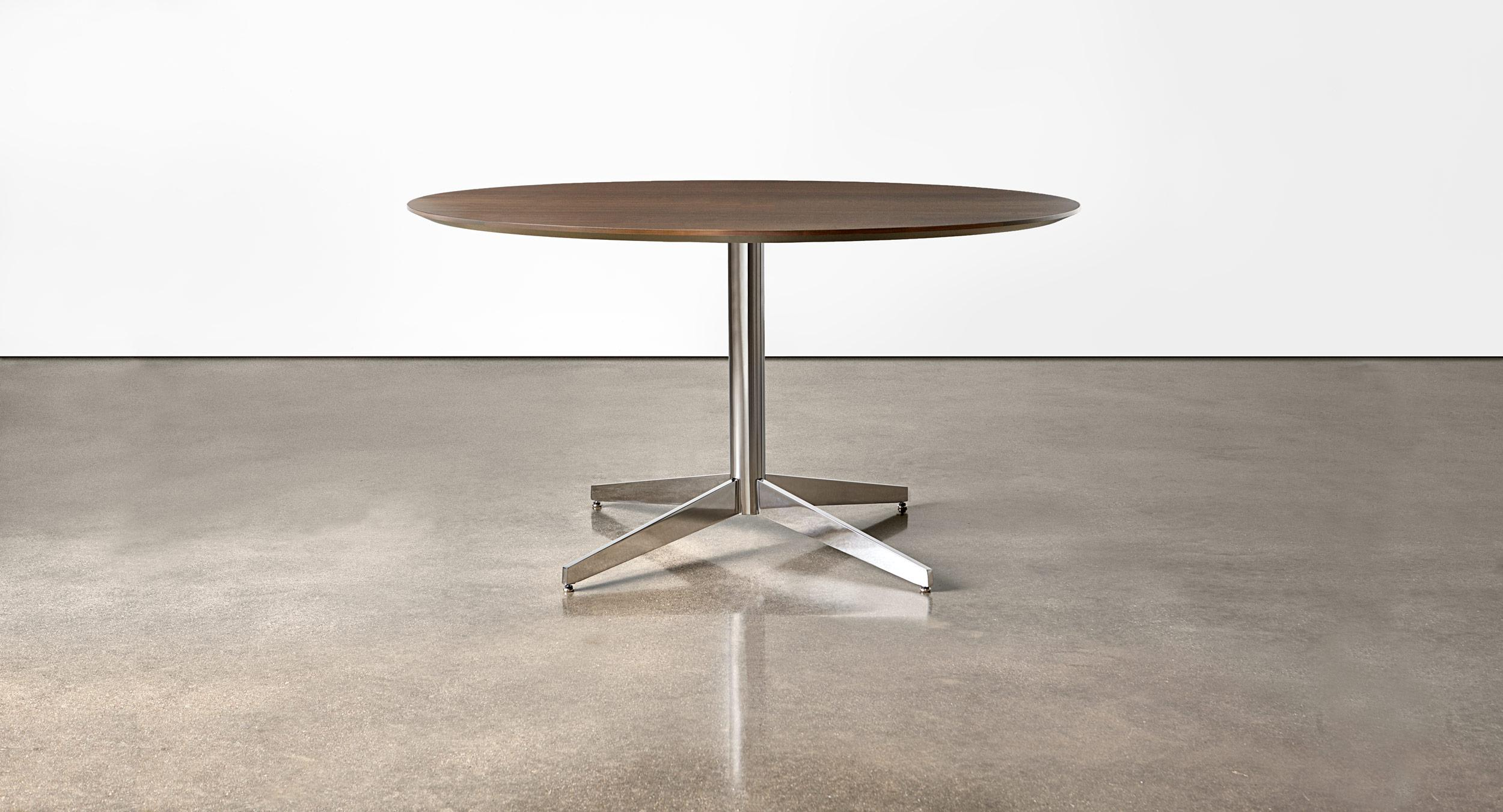 Round table with Prong base